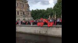Mondial 2018: Séparés par un canal, des supporters entonnent à tour de rôle l'hymne national