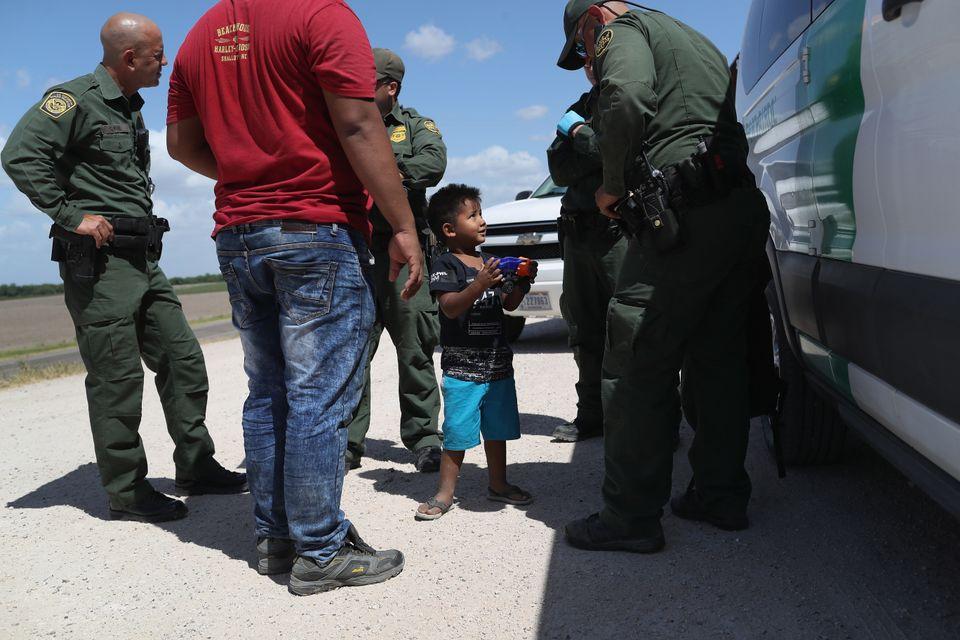 Un niño y su padre, de Honduras, detenidos por los agentes el pasado 12 de junio cerca de Mission,