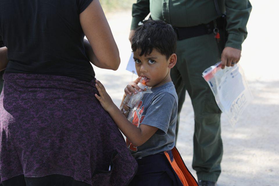 Varios solicitantes de asilo centroamericanos esperan mientras los detienen el pasado 12 de