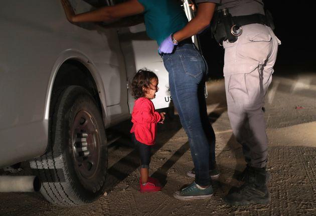 텍사스 국경지대에서 포착된 2살 아이의 사진이 미국을
