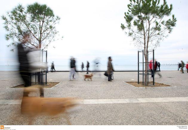 Το γλυπτό «Φιλία Amicizia» του Βαρώτσου τοποθετείται σε υδάτινη δεξαμενή και κάνει τη Νέα Παραλία της Θεσσαλονίκης πιο όμορφη