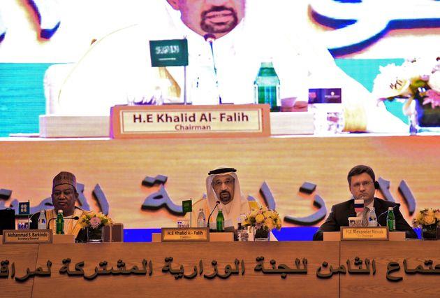 Le ministre saoudien de l'Energie, Khaled al-Faleh (centre), le ministre russe de l'Energie, Alexander...