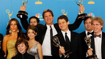 Executive producer Steven Levitan (C) of 'Modern Family' poses with fellow producers and cast members after winning outstanding comedy series at the 62nd annual Primetime Emmy Awards in Los Angeles, California August 29, 2010.   REUTERS/Danny Moloshok   (UNITED STATES - Tags: ENTERTAINMENT)  (EMMYS/BACKSTAGE)