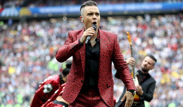Robbie Williams singtbei der WM-Eröffnungsfeier in