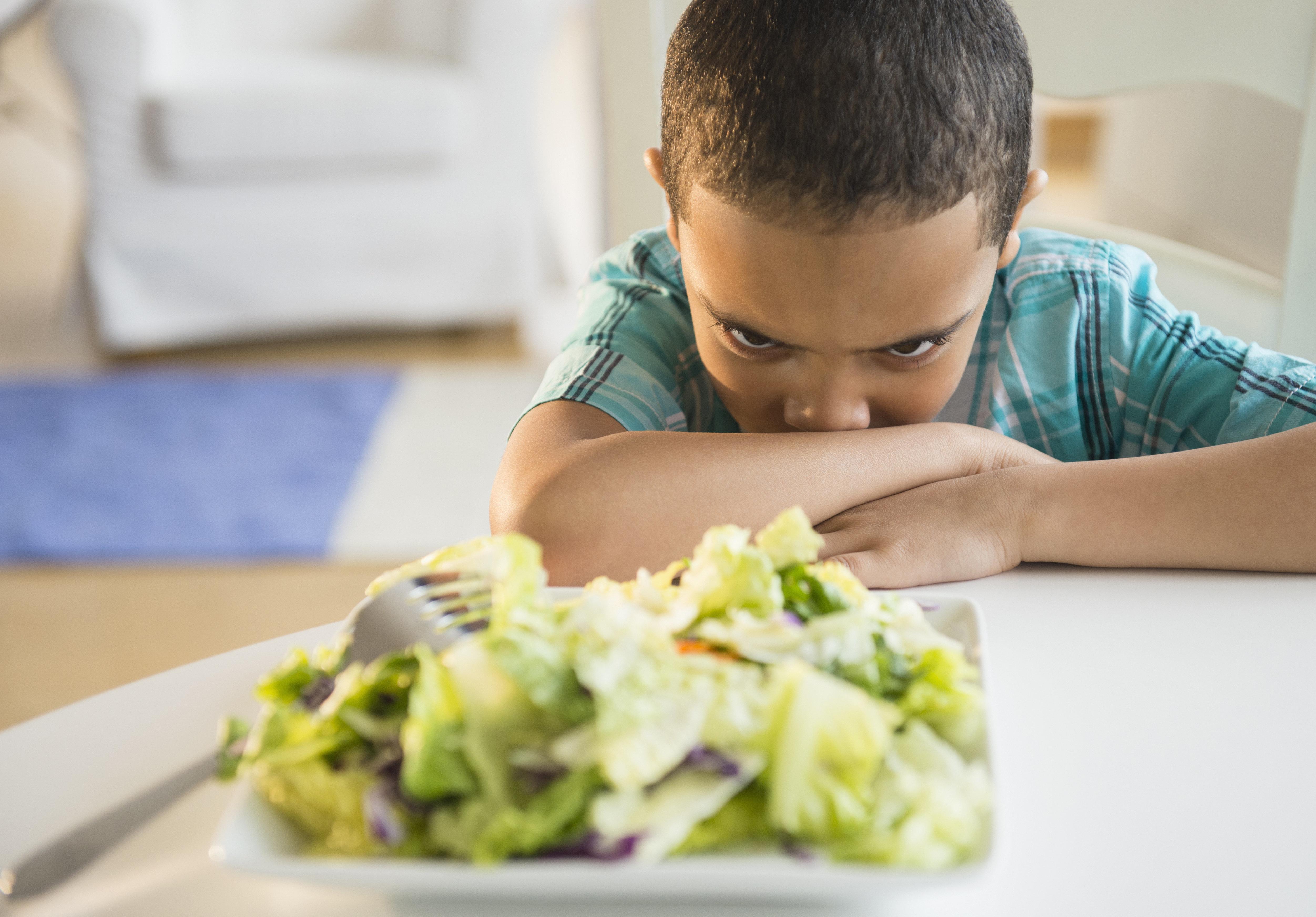 Eltern machen 12-Jährigem Salat zum Abendessen – der ruft die Polizei