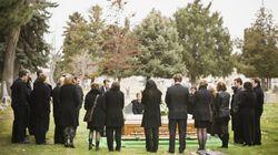 Familie trauert auf der Beerdigung des Sohnes – bis er plötzlich