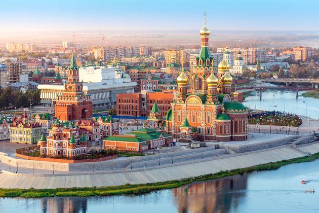 Une église orthodoxe entourée de beaux bâtiments en briques rouges sur le front de...