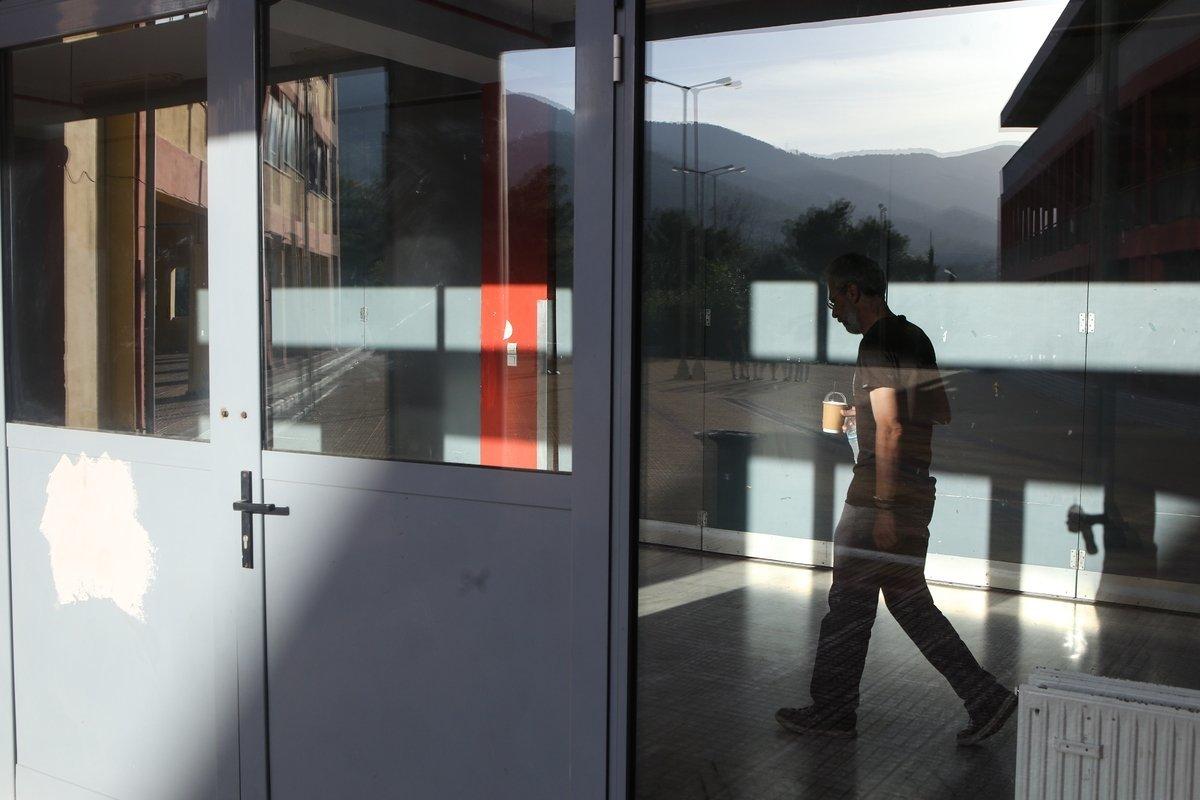 Σεξουαλικά υπονοούμενα, σεξιστικά σχόλια σε μαθήτριες και ειρωνείες προς Αλβανούς μαθητές έστειλαν καθηγητή σε αργία. Τώρα ζη...