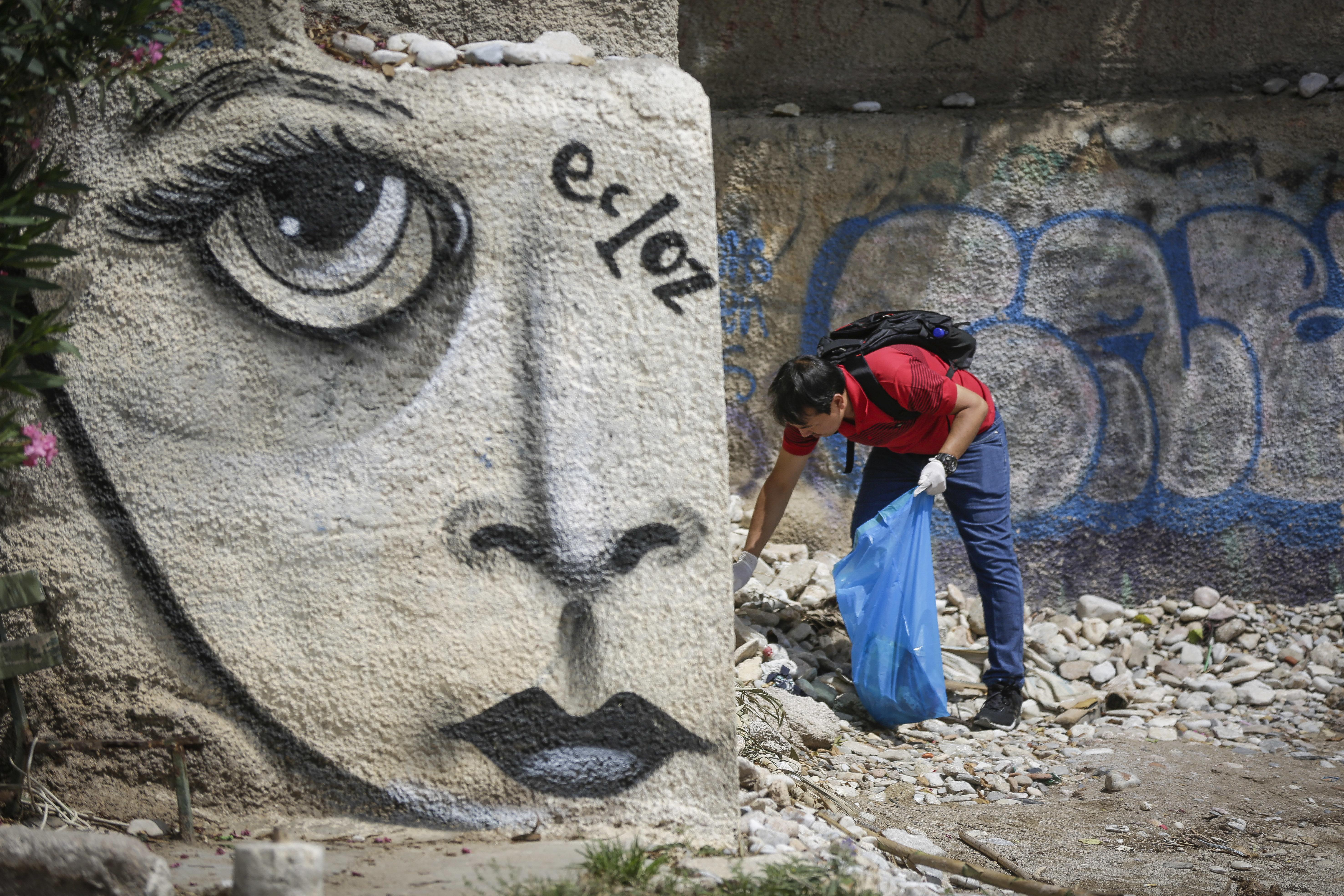 Όταν οι πρόσφυγες καθαρίζουν τις παραλίες