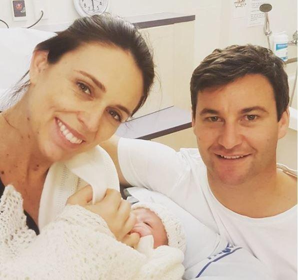 Η πρωθυπουργός της Νέας Ζηλανδίας γέννησε κορίτσι και ο κόσμος είναι πολύ ενθουσιασμένος με