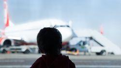 Junge will Mutter am Flughafen mit einem Schild begrüßen – und blamiert sie zutiefst