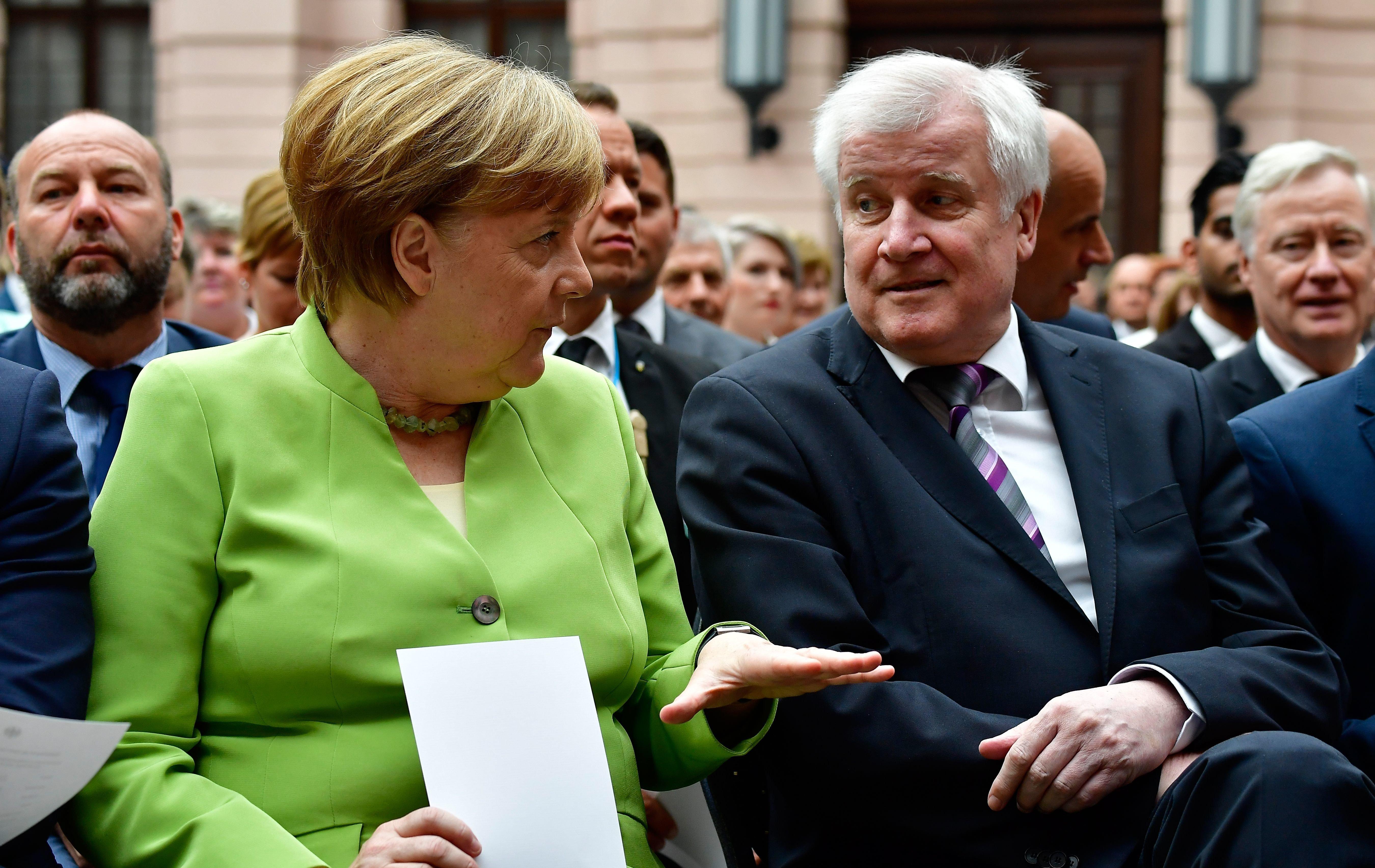 Asylstreit: Seehofer warnt Merkel davor, ihn zu entlassen