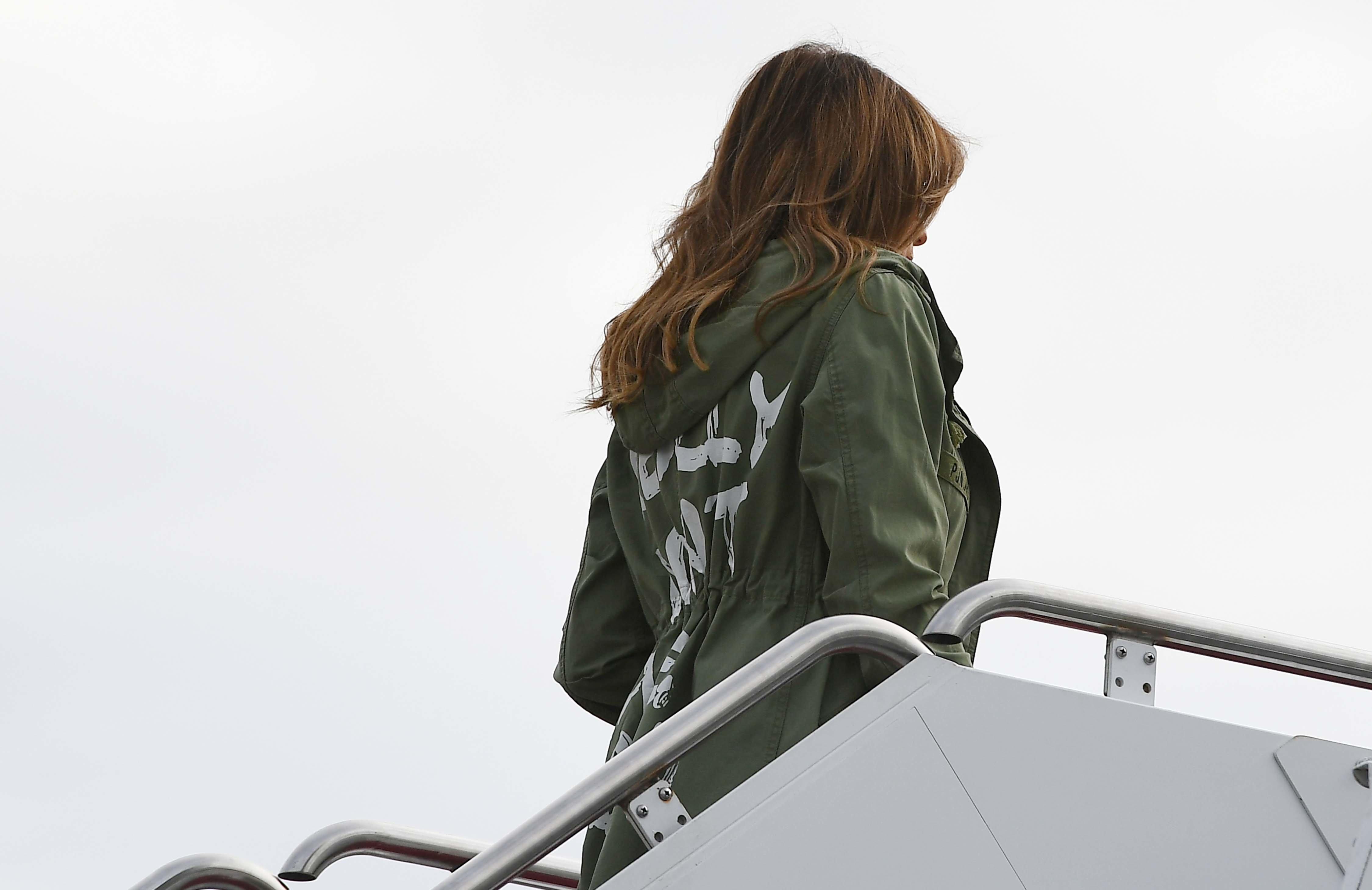멜라니아 트럼프가 입은 재킷이 논란에