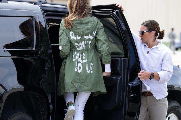 한 아티스트가 논란에 휩싸인 멜라니아 트럼프의 재킷을