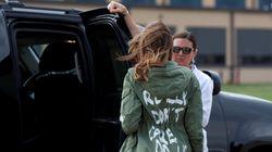 Ένας καλλιτέχνης πήρε το μπουφάν της Μελάνια Τραμπ, άλλαξε το σύνθημα και το φόρεσε σε μια πραγματική πρώτη