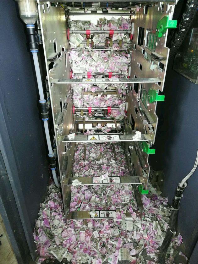 인도의 어느 ATM기에 침입한 쥐가 지폐들을