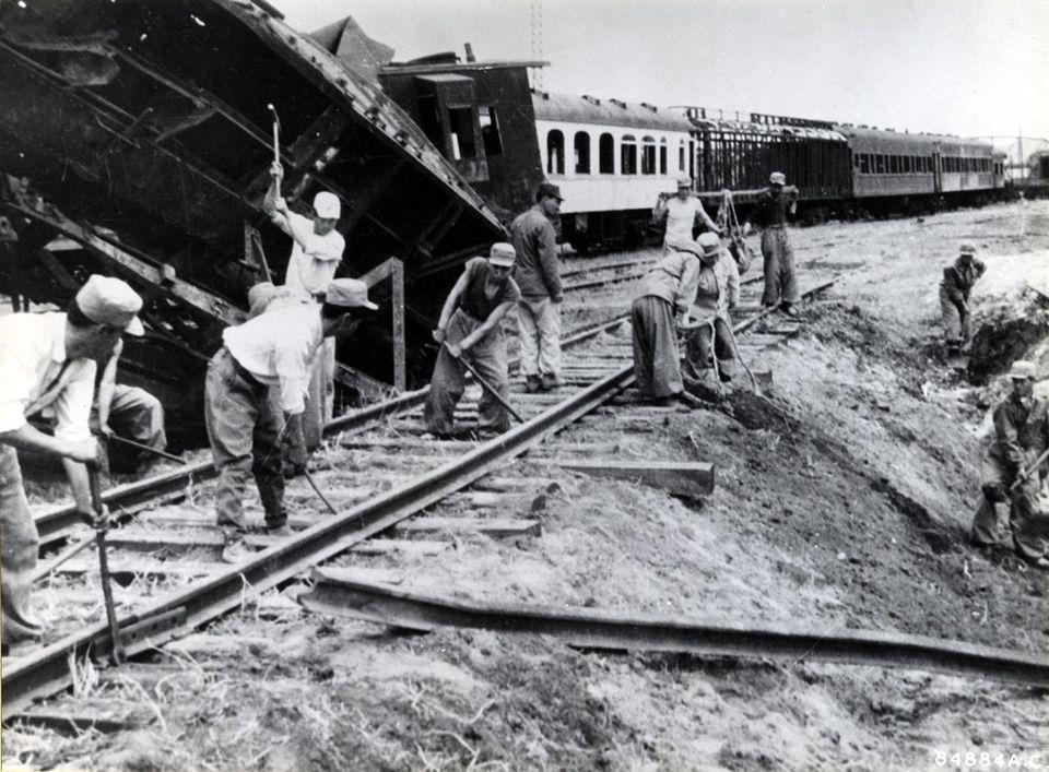 1954년 4월 27일 북한에서 촬영된 것으로 전쟁으로 파괴된 철로를 복구하는