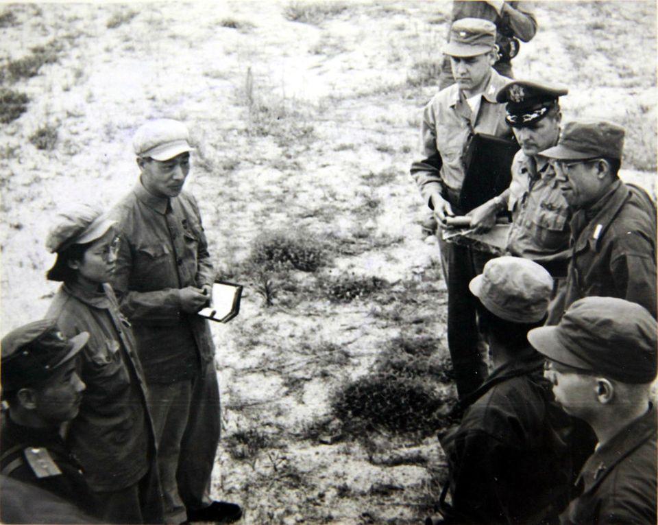 1951년 7월 8일 유엔군과 공산군이 개성에서 열린 휴전회담 예비회담에서 처음으로 얼굴을 마주하고 있는