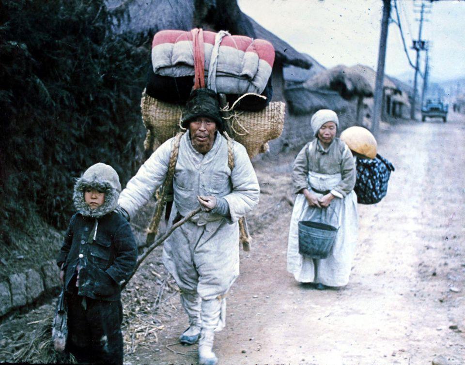 1953년 3월 1일 고향을 잃고 길을 나선 피난민 가족의