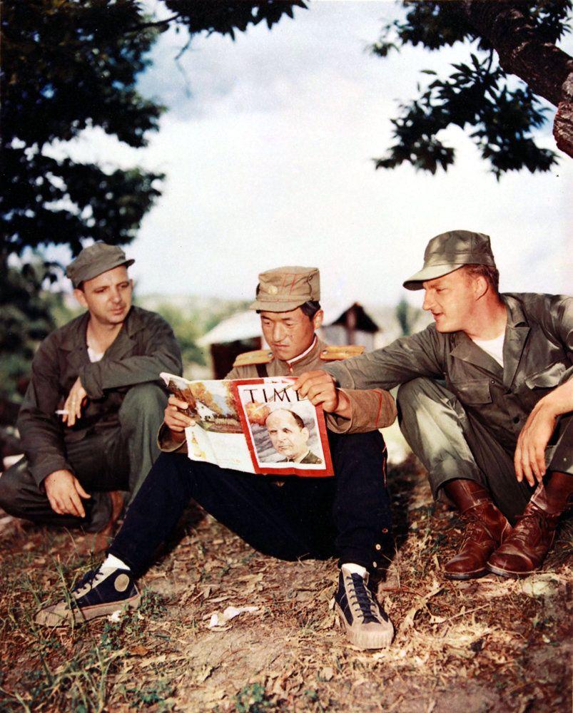 1951년 7월 8일 개성에서 휴전회담이 이뤄지는 와중에 북한군 병사와 미군 병사가 함께 '타임(Time)'지를 읽고 있는 모습. 사진 속 '타임'지는...