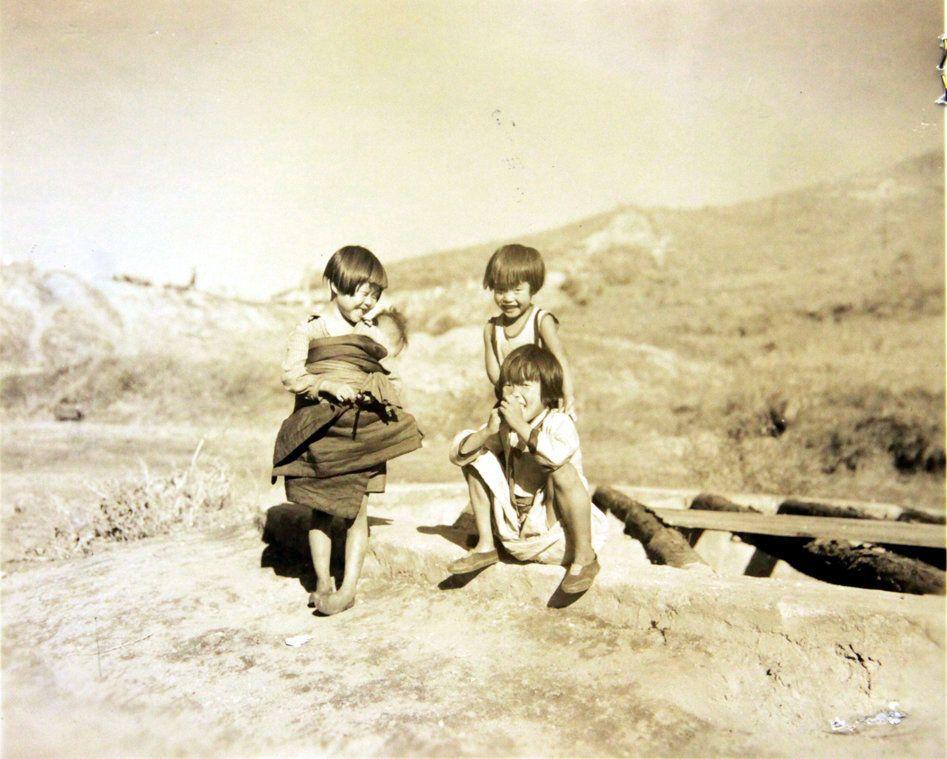 1950년 10월 31일 미군 점령하의 원산 인근에서 촬영된 사진으로, 부대 인근 마을에 살던 아이들이 노는