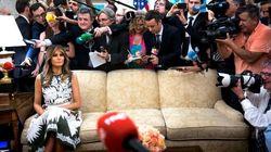 «Υπέροχο φόρεμα, απαίσια ζωή»: Η Melania Trump κάθεται ολομόναχη σε έναν καναπέ περιτριγυρισμένη από φωτογράφους και το twitt...