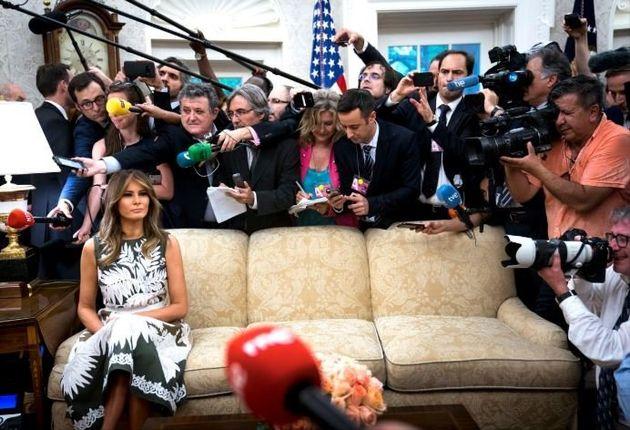 «Υπέροχο φόρεμα, απαίσια ζωή»: Η Melania Trump κάθεται ολομόναχη σε έναν καναπέ περιτριγυρισμένη από...