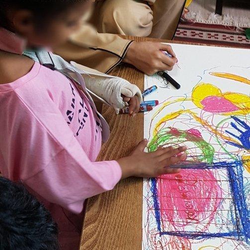 예멘에서 온 7살 마리암은 도화지에 감옥을 그렸다
