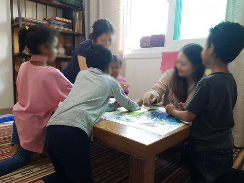 제주의 한 다문화 도서관에서 예멘에서 온 남매 다섯명이 미술 수업을 받고