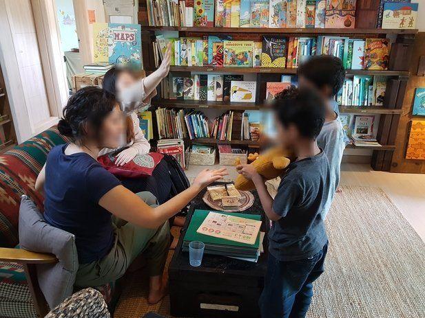정은혜씨와 아이들이 제주의 다문화 도서관에서 함께 시간을 보내고