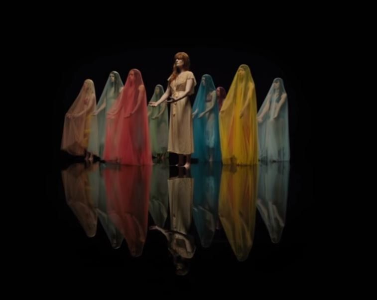 Οι Florence + The Machine μιλούν για ένα «μεγάλο Θεό» και το νέο τους video clip είναι η «Αποκάλυψη» η