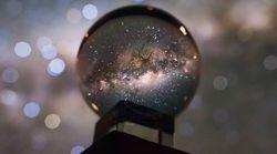 Cette incroyable photo de la Voie lactée dans une boule de cristal n'est pas un
