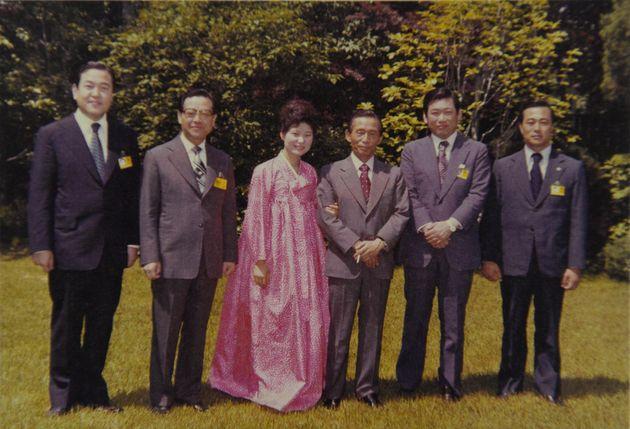 1979년 5월 16일 청와대에서 김종필 전 총리가 박정희 당시 대통령과 함께 찍은 사진.왼쪽부터 최광수 의전수석, 김종필 의원, 박근혜, 박정희 대통령, 김성진 문공부...