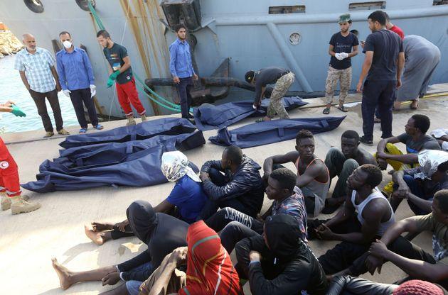 Des migrants africains secourus d'un bateauà 130 kilomètres de Tripoli, la capitale...