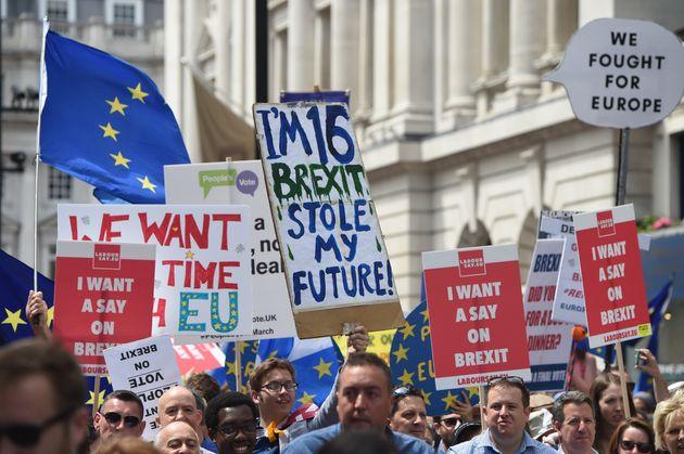 Στους δρόμους του Λονδίνου 100.000 Βρετανοί. Ζητούν δημοψήφισμα για το