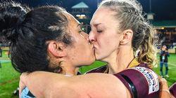 Το εθνικό πρωτάθλημα ράγκμπι της Αυστραλίας δημοσιεύει το φιλί δύο παικτριών και οι ομοφοβικοί δεν την