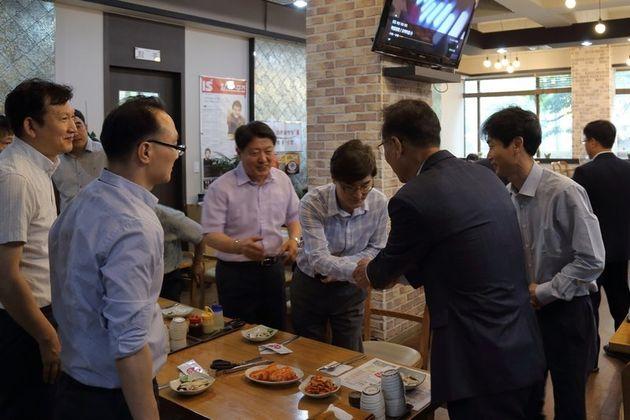 장세용 구미시장 당선자(오른쪽 두번째)가 지난 19일 구미시 한 식당에서 점심을 먹으러 온 시민들과 만나 인사하고