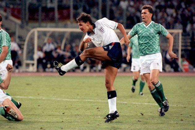 1990 이탈리아 월드컵 4강전에서 잉글랜드의 스트라이커 게리 리네커가 동점골을 넣는 모습. 1990년
