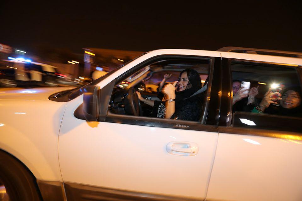 [화보] 24일 00시, 마침내 사우디 여성들이 '합법적'으로 운전대를