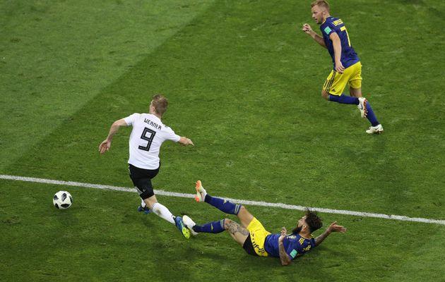 Eine entscheidende Szene im Spiel: Werner wird gefoult – und holt den Freistoß heraus, der...