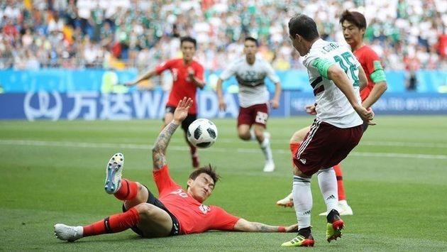 장현수가 전반 23분 멕시코 측면 공격을 저지하려다 핸드볼 반칙을 범하고