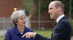 Αυτή είναι η «ντροπιαστική» υπόκλιση της Theresa May στον πρίγκιπα William που προκάλεσε αντιδράσεις στο
