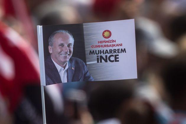 Portrait du candidat de l'opposition Muharrem Inçe pendant un rassemblement de campagne à...