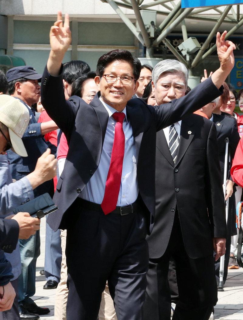 지난달 31일 오전 서울역에서 열린 자유한국당 김문수 서울시장 후보 출정식에서 김 후보가 인사를 하고