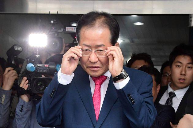 6월14일 사퇴 의사를 밝히고 당사를 떠나는 홍준표 자유한국당