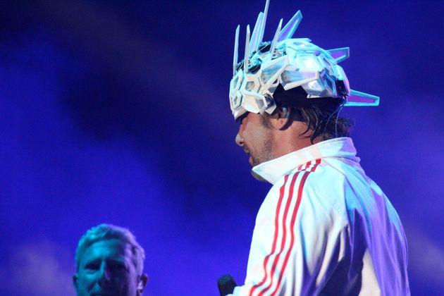 Le chanteur de Jamiroquai et son casque lumineux