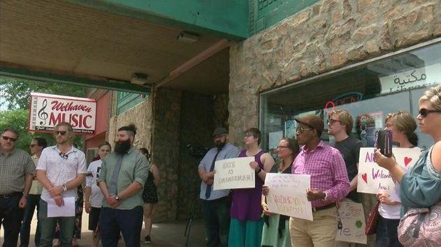 État-Unis: suite au dépôt de bacon devant une mosquée, les habitants de Rochester affichent leur solidarité...