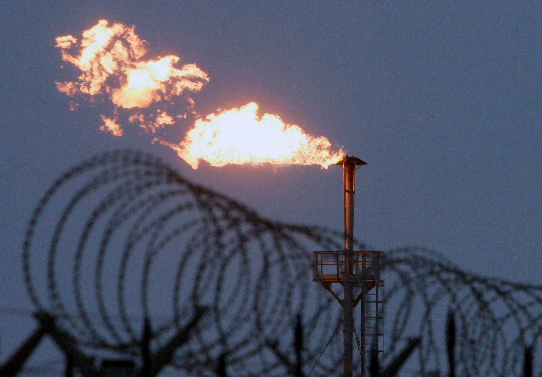 A gas flare burns at the Yuzhno Russkoye oil and gas field, some 200 km (124 miles) from the town of Novy Urengoy, December 18, 2007. Russia's ambitious targets set by President Vladimir Putin last spring to cease gas flaring by 2011 is on track, companies say, but the government casts doubt. Picture taken December 18, 2007.    REUTERS/Denis Sinyakov (RUSSIA)
