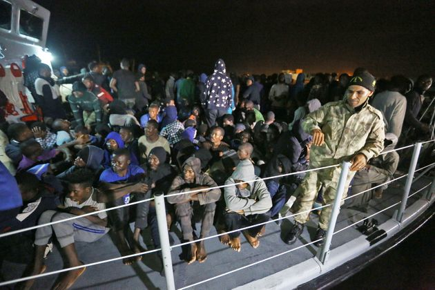 Des migrants secourus en Méditerranée arrivent à une base navale à Tripoli...