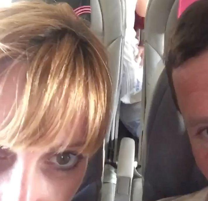 Frau dreht Selfie-Video im Flieger – und will in Wahrheit zeigen, was hinter ihr